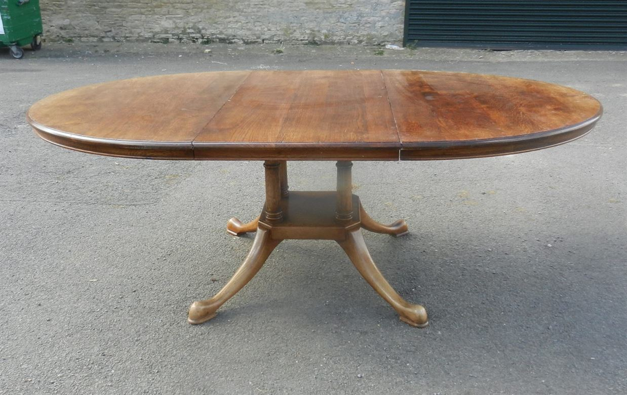 Well Designed Georgian Styled Oval Formed Oak Pedestal Extending Dining Table