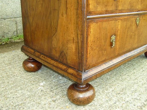 Queen Anne Walnut Chest Of Drawers - Early 18th Century Queen Anne Walnut Chest Of Drawers